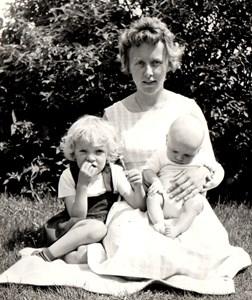 Inga med barnen Lena och Bengt i Assarp 1965
