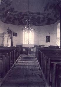 Askome kyrka interiör mot altaret, troligen 1921.