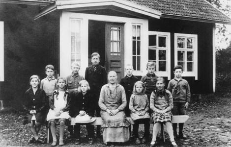 Skärvered 115, Skolhuset med en av Hannas många klasser genom åren.