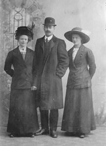 Gerda och Julia Troedsson, med Gerdas make Anders Olsson. Fylleklev.