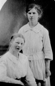 Alma Olsson (stående), gift med August Troedsson i Flathultet, Fylleklev.