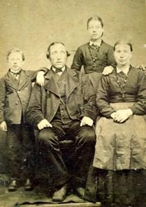 Bengt Sander Kristiansson med familj, Askome Jutagård 525.