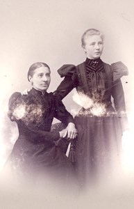 Albertina Bengtsdotter (sittande) och hennes systerdotter Ellen Johansson, Jutagård, Askome.