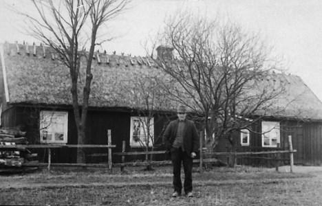Torparen Alfred Persson framför torpet på Hede 231 omkring 1930.