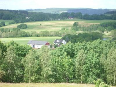 Hede 231, Askome, utsikt över gården från berget.
