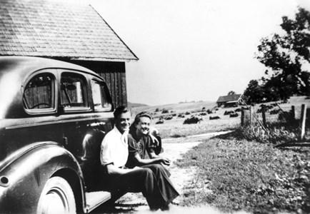 Hede 224, syskonen Bert och Inga-Maj Olsson, 1945.
