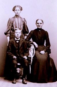 Sofia Olsson, f. Andersdotter, med barnen Selma och Hugo, Hede 231 Andreasa torp.