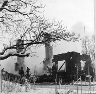 Husby Stengården brinner
