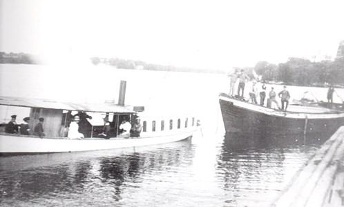 """Lagnöbåten """"Rapid"""" med pråmsläp."""