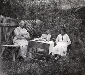 Sommarro, lärarinnorna på besök hos Minna Andersson