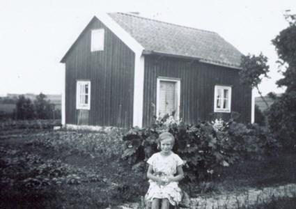 Karin Gezilius vid torpet