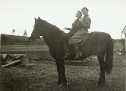 Inga, Annika hästen Adam vid torpet.