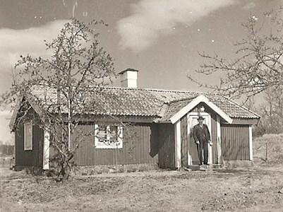 Karl Johan Bratt vid barndomshemmet Sandgölet