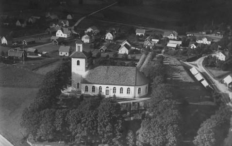 Flygfoto över Bredaryds kyrka 1935.