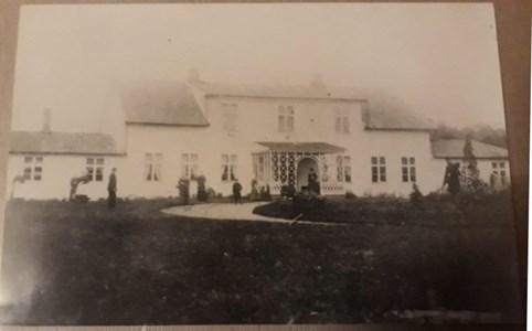 Håkentorps Säteri med familjen Kuylenstierna framför huset