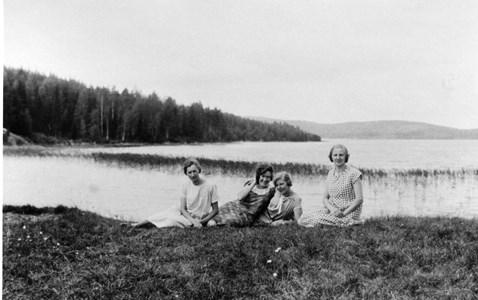 37-01-01-Vikene-Övrigt-02-4 damer vid sjön.jpg