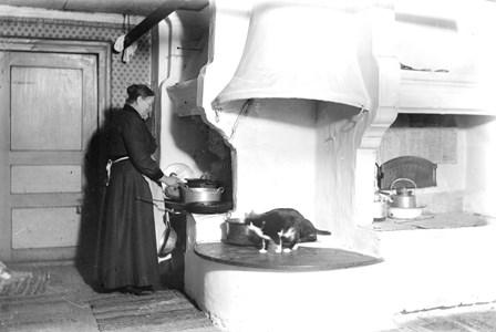 10-01-01-Gunnarsbyn-Övrigt-05-Dam i gammalt kök.jpg