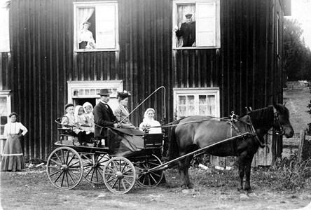 44-06-01-Fösked Där Oppe-06-Familj på hästekipage.jpg