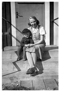 37-26-01-1914 -Rut Skog g Johansson-02-På växel m sonen Kjell.jpg