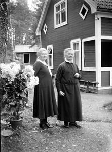 60-06-AE 41-G-Två damer vid husvägg.jpg