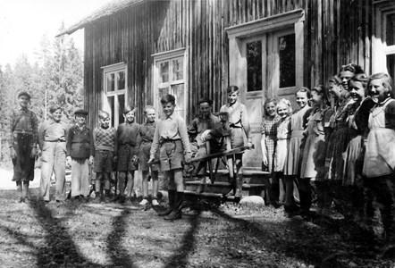 32-33-01-Svartåna-Nyby hälsobrunn-03-Skolkort-Klass 3-7 1948.jpg