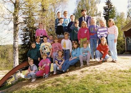 37-05-1988-89-Vikene-Ga Skolfoton-01-Årskurs 3-4.jpg