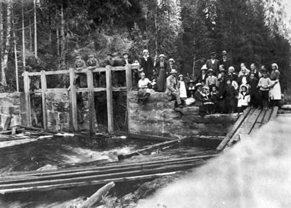 32-15-00-Svartåna-Ljusforsen-02-Grupp-30 tal pers vid damm