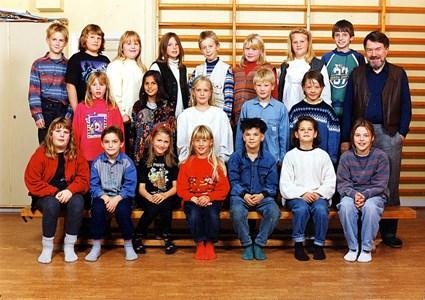 37-05-1994-95-Vikene-Ga Skolfoton-01-Årskurs 3-4