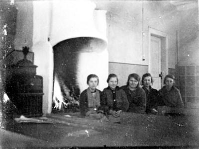 37-03-00-Vikene-Ga Skolan-04-Fem flickor vid brasan-01