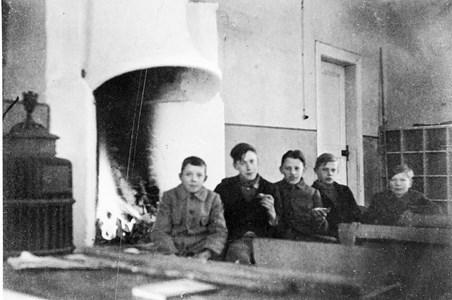 37-03-00-Vikene-Ga Skolan-05-Fem pojkar vid brasan-01