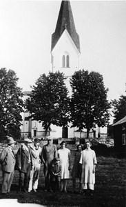 15-04-00-Kyrkan-44-Grupp framför kyrkan