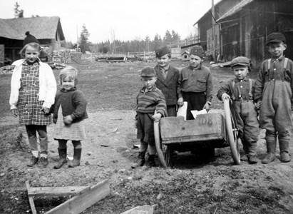05-030-01-Bäckelid-Där Nole-09-barn på lagårdsbacken.