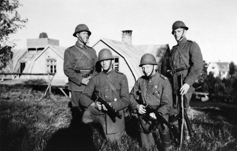 00-05-Brunskog-Berdskap-21-Vikene Militärer poserar ca 1940