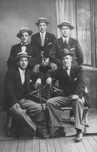 Fem finklädda herrar