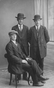 Tre finklädda herrar