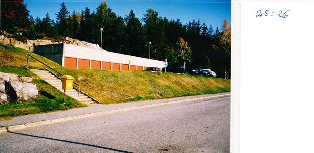 28.26 Terassen Höghusens garage, brevlåda, några bilar