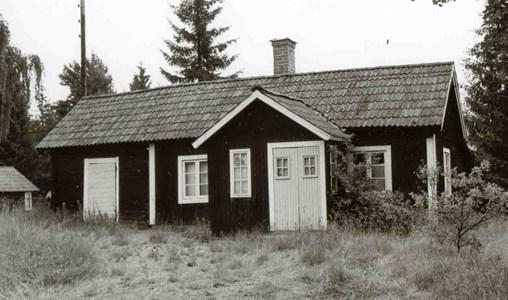 Denna byggnad var den första som uppfördes på den nya gårdsplatsen efter laga skiftet 1858