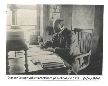 Olander Larsson vid sitt arbetsbord på Frökontoret 1912. 8-1-1784
