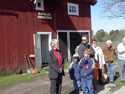 Besök av Ulla Fjaestad, som håller ett invigningstal.