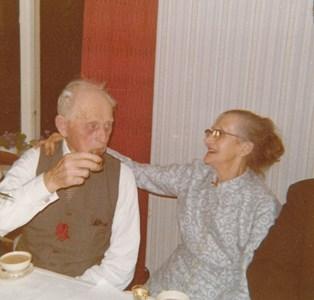 D2000, Gödestad 17:1, Brogård, Frans Olsson och hans fru Tilda på besök.