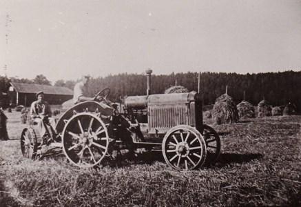 Traktor och slåttermaskin