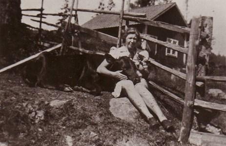 Stina med kalv och katt i knät