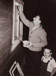 Målning av fönster i Domarvik