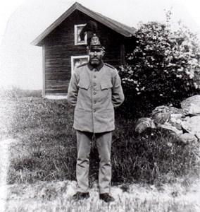 Soldat Svärd framför sitt soldattorp i Härad.