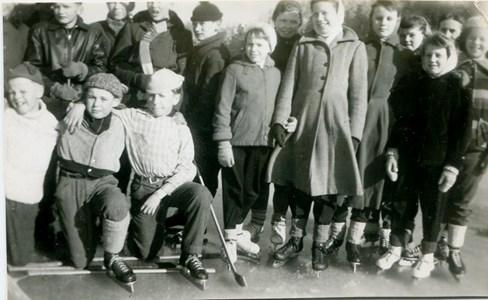 Ungdomar på bandybanan