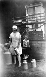 Astrid Gustavsson f. Jonsson o Maja-Stina Nelson Klövdala gård
