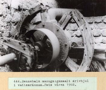 0444 Bennebols masugn, drivhjul i vattenrännan 1968.jpg