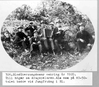 0306 Bladåkersungdomar ca 1920.jpg