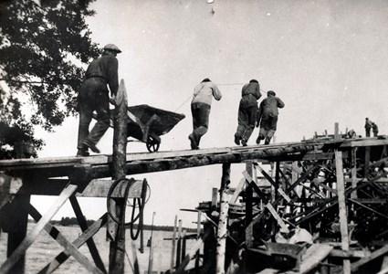 Bygge Hjälmaresund bro betongtransport ca 1929