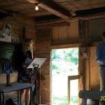 Friluftsgudstjänsten hölls i ladan och Liselott Borg läste texten, präst var Bo Lindblad